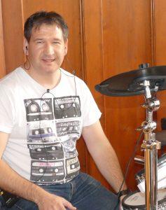 Alwin an den Drums